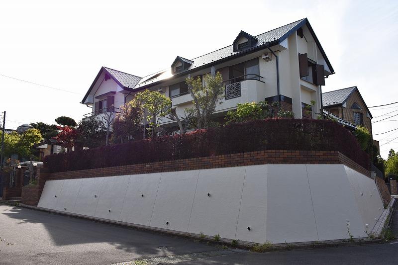高台に聳え立つ2世帯住宅にも最適大型住宅